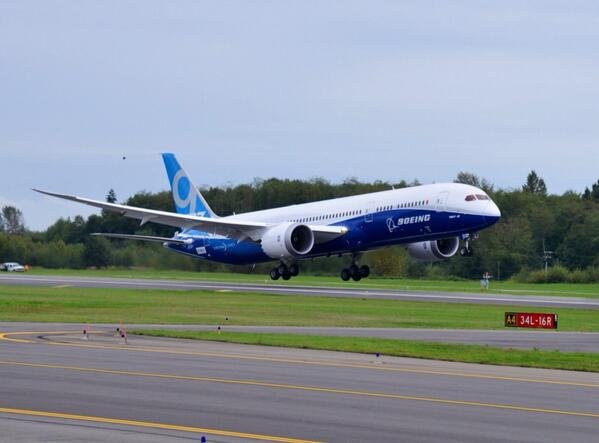Photo: Your first look at takeoff of the 787-9. Gorgeous. Official takeoff time 11:02am. #Dreamliner http://t.co/KCovjbGywM
