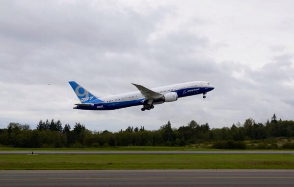Another photo of the first 787-9 on its first flight. #Dreamliner http://t.co/QSLifBI5Xd
