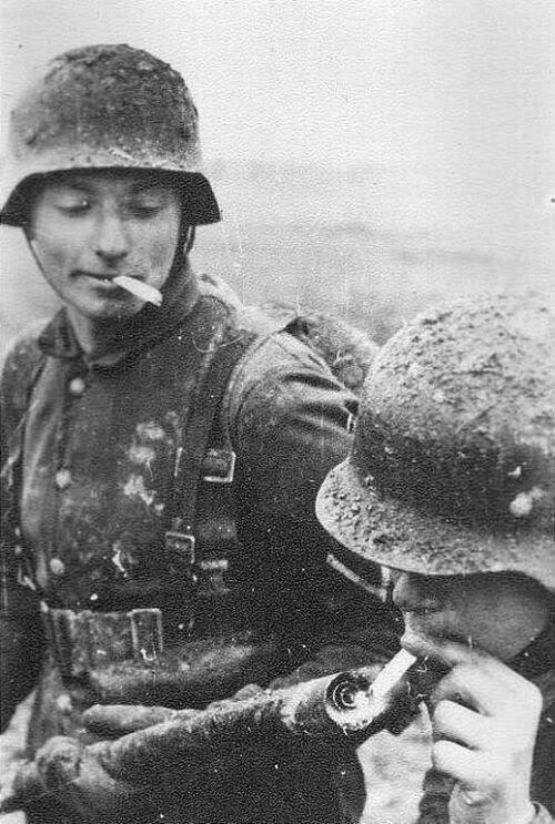 Soldados alemanes encendiendo un cigarrillo con un lanzallamas. Segunda Guerra Mundial. http://t.co/l7dw60CEfb