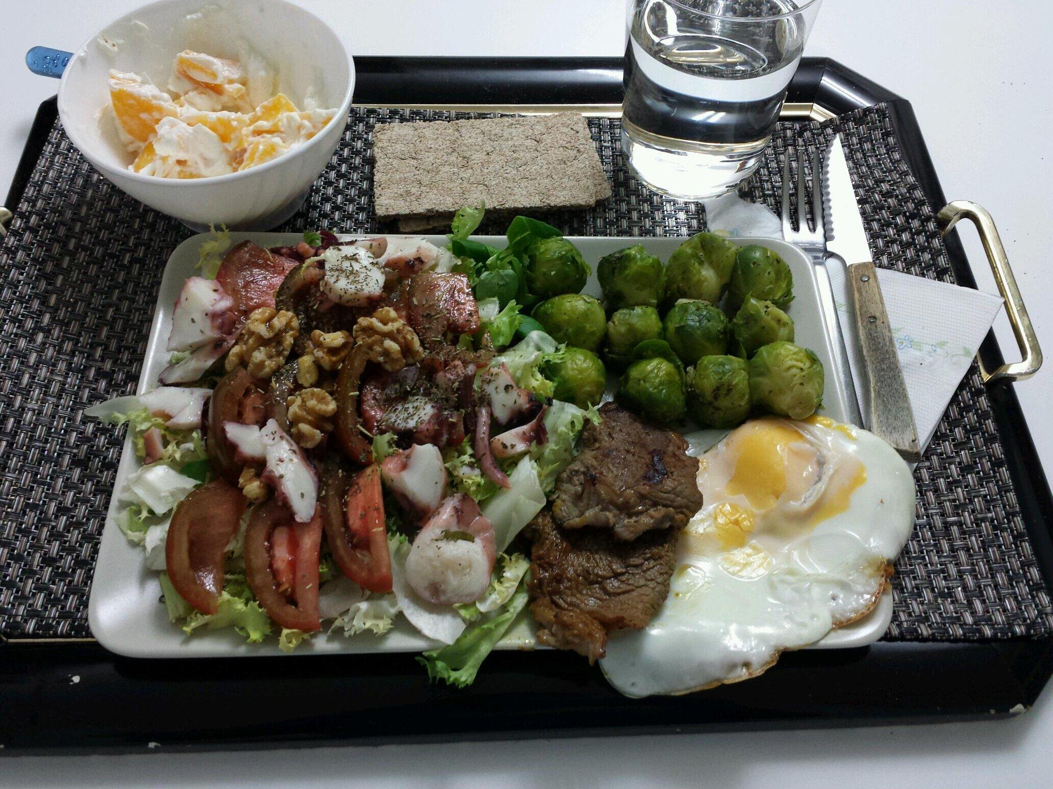 Qué aproveche :)  Ternera, huevo, coles, mix de verde, tomate, nueces, melocotón, queso quark, wasa... :) http://t.co/JxHFH6A4Ag