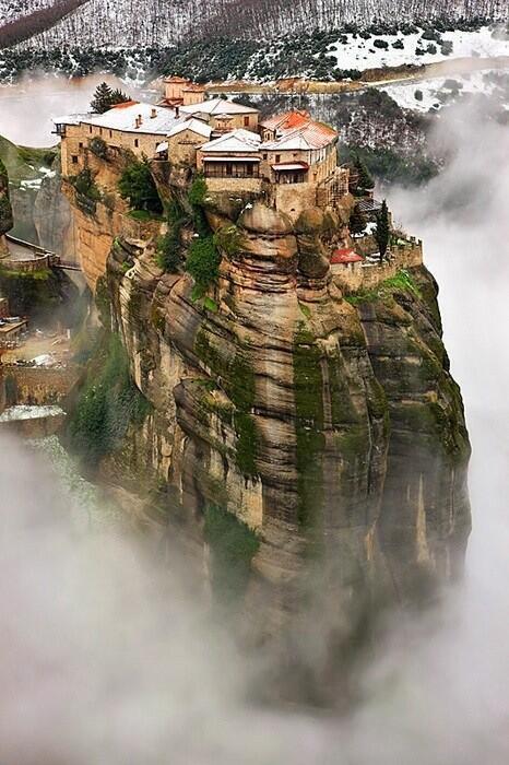La vida al borde del precipicio. Meteora, Tesalia, #Grecia. Increible!! Feliz Viernes http://t.co/muRiNZbdH7