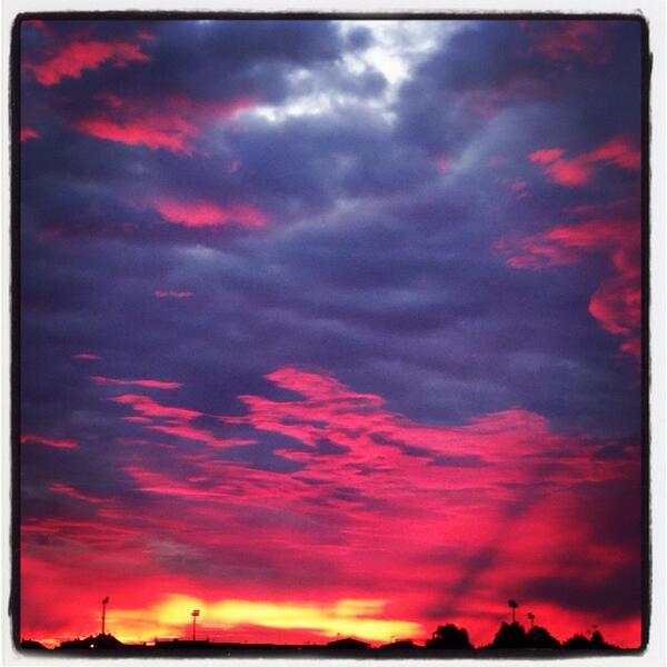RT @RosadoOscar: @El_Universo_Hoy amanecer en Madrid http://t.co/GWZc2ULFDx