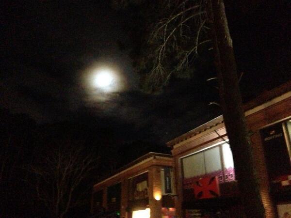 Ignacio Calviño (@Naquio): La luna entre nubes y pinos!!