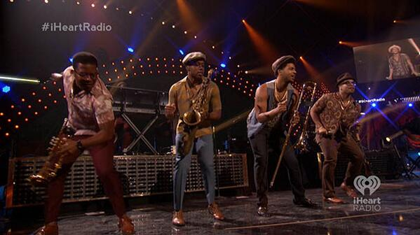 .@BrunoMars and his brass band get everyone singing at the #iHeartRadio Music Festival Oh yeah yeah yeah yeah! http://t.co/HHZT8yxoMZ