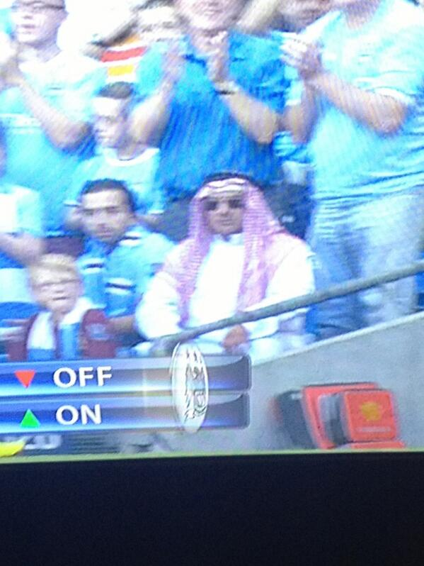 BUx9M1dCYAAQffn The celebrating Man City fan in full Arab dress v Man United [Pictures & Video]