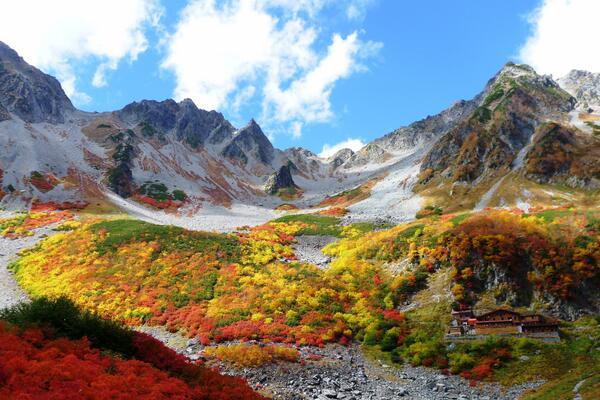 紅葉が見頃の涸沢カールへ。息を呑む、色鮮やかな風景が広がってました。 http://t.co/Y5854VSiWj