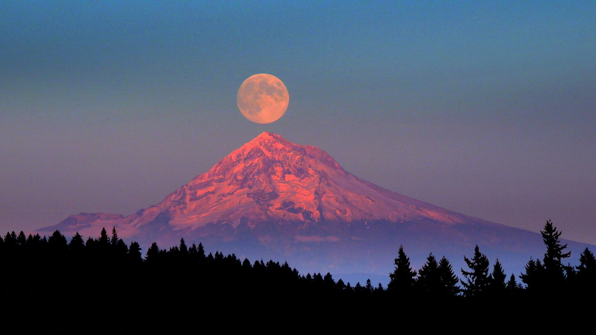 Gorgeous! Full moon rising over Mt. Hood: http://t.co/AQeOPFEsYk