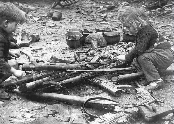 """Ya no queda infancia para estos niños berlineses, mientras se """"divierten"""" con las armas de un ejercito vencido. http://t.co/6P1UBMwpuC"""