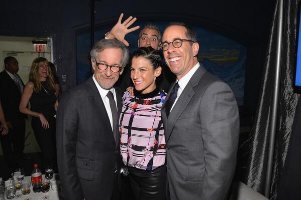 Джордж Клуни фотобомбит Стивена Спилберга и Джерри Сайндфелда с женой http://t.co/ABvFkHewxW