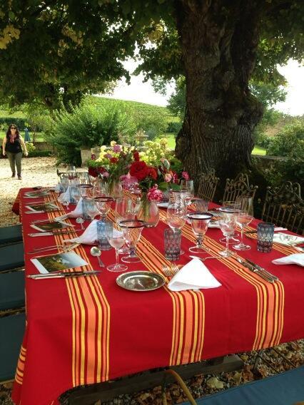 Beautiful table setup and nice crisp elegant white Bordeaux @chateaubiac #bordeauxcrushcru http://t.co/JortFrHpdm