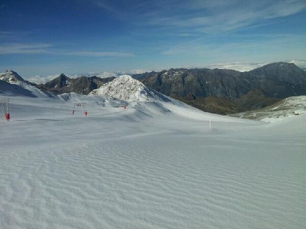 Les 2 Alpes se préparent à ouvrir... Un glacier en bonne forme pour l'ouverture en avant-première du 26 octobre! http://t.co/6cKgiVIHeT