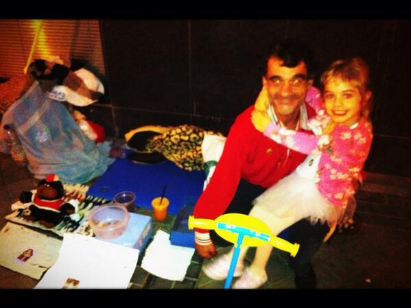 Maria Arellano (@MapilinMaria): Pedro:el abrazo de Mafalda lo mejor de hoy, mi 50 cumpleaños,llevo 18 durmiendo en la calle¡¿Se enteran de una vez?! http://t.co/BVcubf3otM