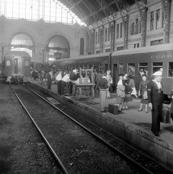 Vista del andén de Estación Mapocho en el año 1950. @ramonllao @JulioJung_actor @schwarzpablo @culturamapocho http://t.co/UMjQHNr1Xf
