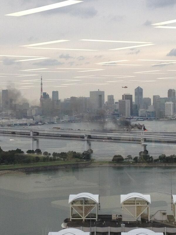 ヘリコプターが来た!鎮火にむかってるが、下りは通行止め。 http://t.co/Po9n5yUIxP