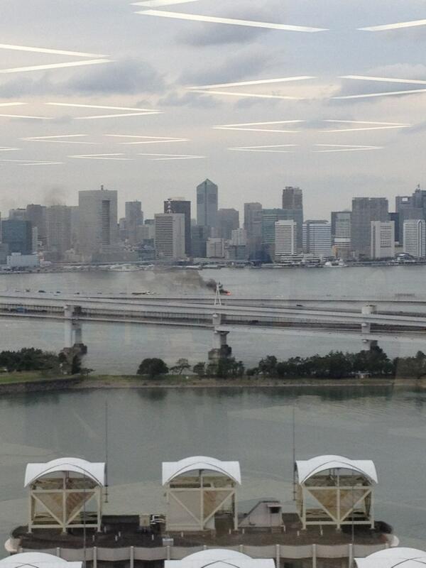 首都高台場線で事故らしい。会社の窓から http://t.co/Ju09VSdDhG