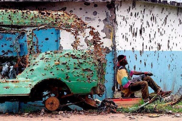 Agujeros de bala en un coche y una casa en Liberia. http://t.co/Feroflm0cC