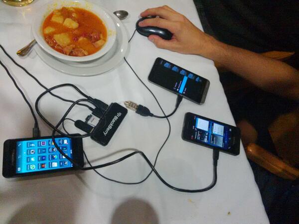 Probando el usb host de #blackberryz30 mientas carga dos #z10 y es usada con un ratón http://t.co/NATwhNJMM5
