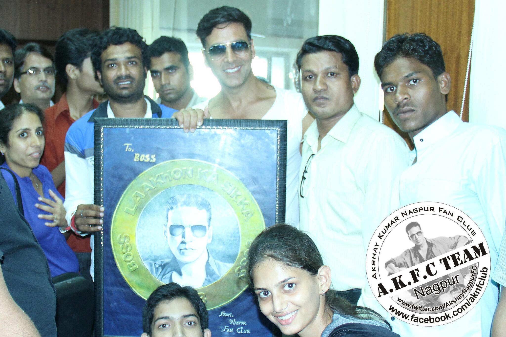RT @AkshayNagpurFC: A Pleasure meeting with @akshaykumar Sir Again at Nagpur.We gifted a LAKHON KA SIKKA (Potrait) & sir liked it> http://t…