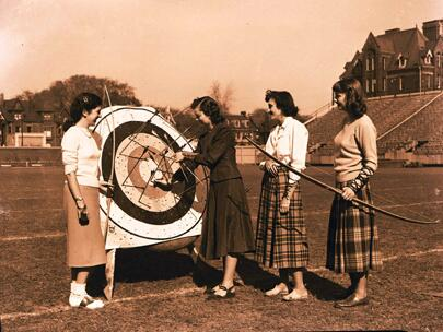 RT @gnomerumblings: @Mimi_no_mismi #FlashbackFriday: October 1949, #UofT women's archery team practice at Varsity Stadium: http://t.co/OAU8iBOrIJ