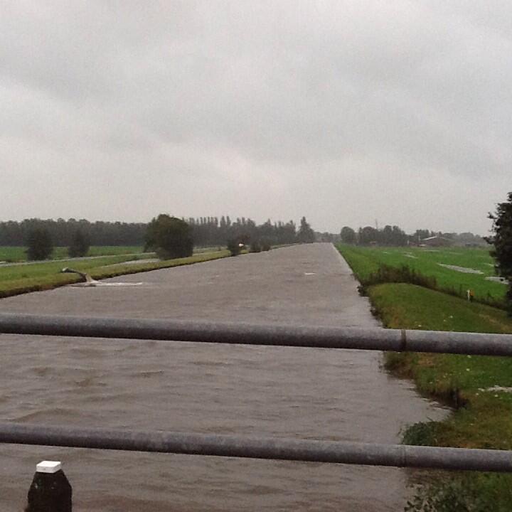 Zicht op de Zijde in Schipluiden. Aan de linkerkant een mobiele pomp http://t.co/flR915YfVL