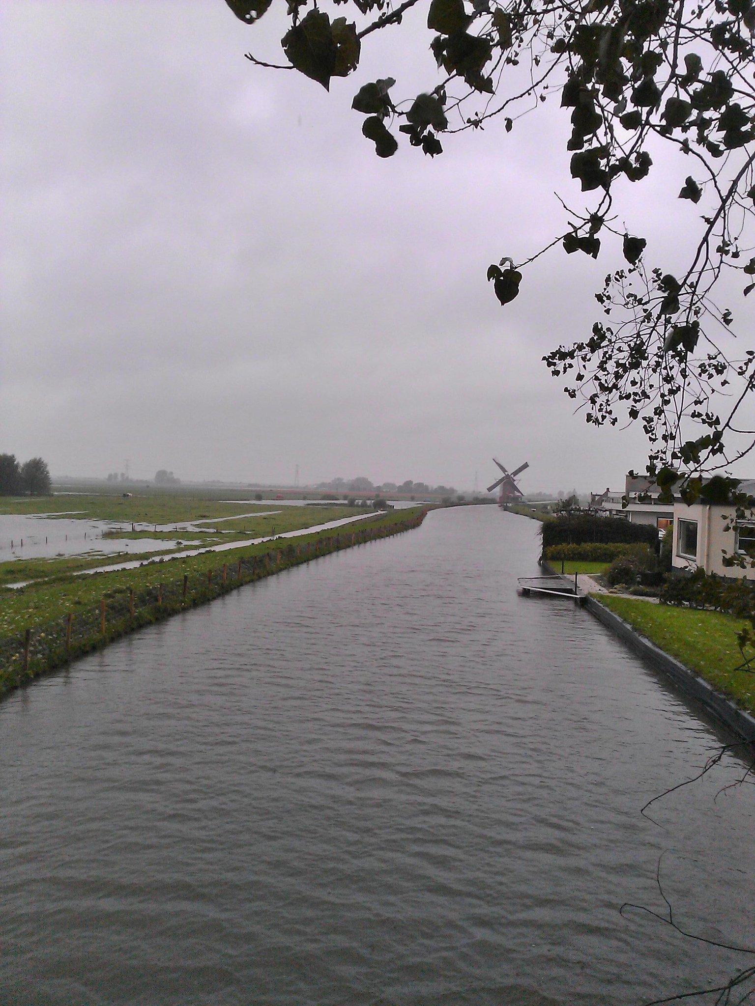 RT @EBom015: Zelfs de molen aan de Groeneveldsepolder doet mee. Natte boel #delfland http://t.co/GbnNeYa33c