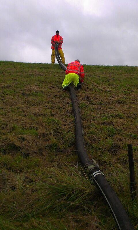 Medewerkers Hollandse Delta leggen leiding over de dijk voor noodpomp bij Zuidland http://t.co/3LbW3Vapqd