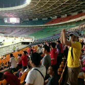 Min ada yg makai jersey Barito Putra di GBK malam ini dlam laga timnas vw China, mantap bangat min @bartmanbalangan http://t.co/eXWQsrAS37