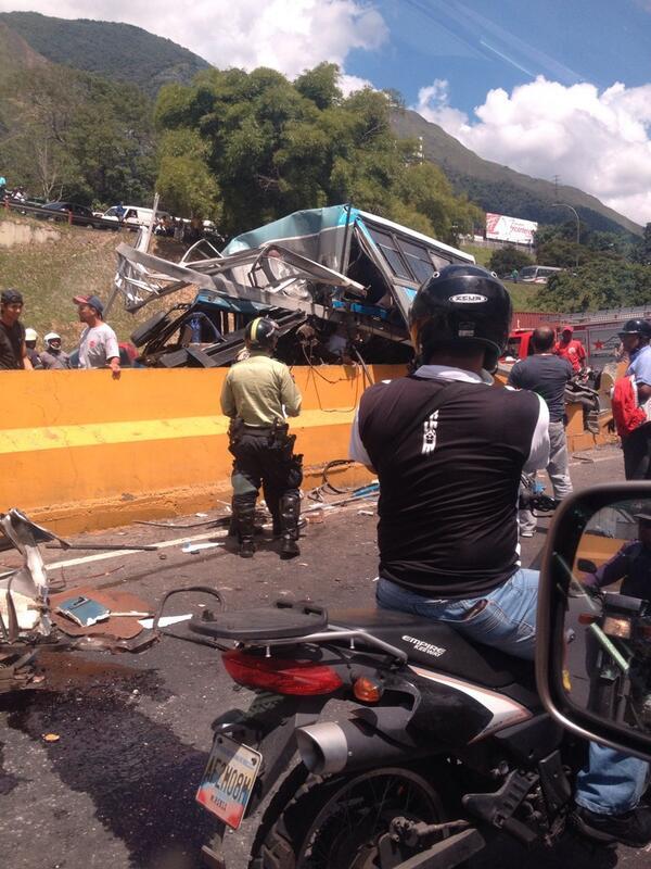 RT @FerrerCarlos: Muchos heridos en la zona y tremenda cola en ambos sentidos @PaulGamez27 http://t.co/nz9bQGKsu6