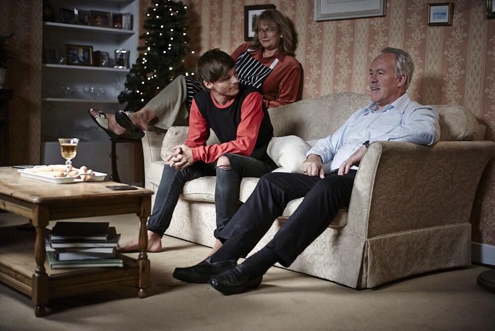 RT @Louis_Tomlinson: Screen debut for the grandparents haha  ! Love it !! http://t.co/h2RmrhReqa http://t.co/EjODHqEvYI