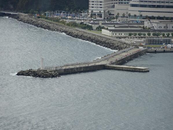 熱海観光スポット「熱海港海釣り施設」 熱海市和田浜南町1694-32  熱海は釣人にも大人気。この施設は誰もが安全に釣りが楽しめる様、釣竿やライフジャケットのレンタルの他、初心者には釣り方も教えてくれる。手ぶらで行っても楽しめます。 https://t.co/VVKAFzFj4o