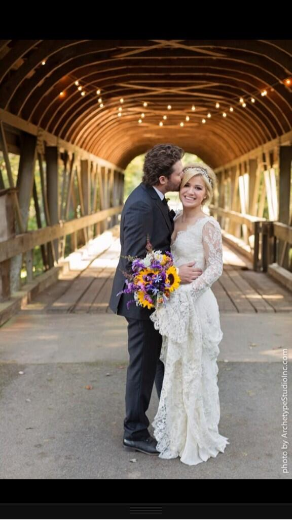 Congratulations to @kelly_clarkson who became a married woman yesterday! How beautiful does she look?! http://t.co/EaAVWcLy6i