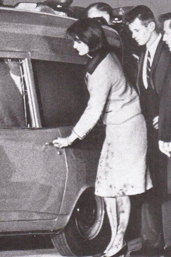 Jacqueline Kennedy, six hours after JFK's assassination, 11/22/63 http://t.co/iDGmJhuEwT