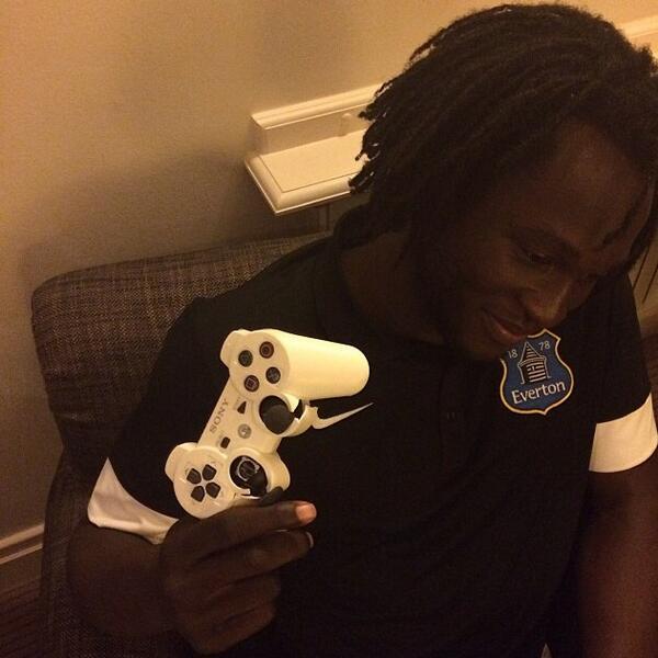 BXnYYebIAAAUnys EA Sports send Everton striker Romelu Lukaku a new Xbox controller after breaking his last one [Video]