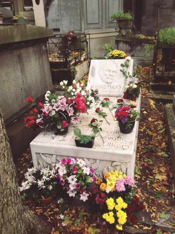 Ahmet Kaya (@AhmetKayaGam): 28 Ekim 2013 - Paris Père Lachaise Ahmet Kaya Anıtı. Çiçekler içinde... http://t.co/Z985q6TJGV