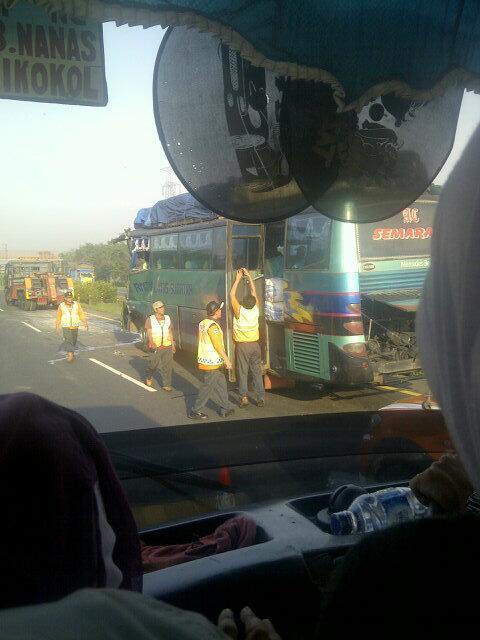 Wuih bis ALS semarang-medan kah ?'@deniderin: 06.46 Kecelakan bus di kilometer 43 tol tangerang merak http://t.co/YG0QC0dltj'