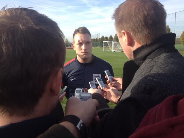 BY8iIXqCQAAnMZi Phil Jones shows his nasty cut on his head at England training after clashing heads with Szczesny