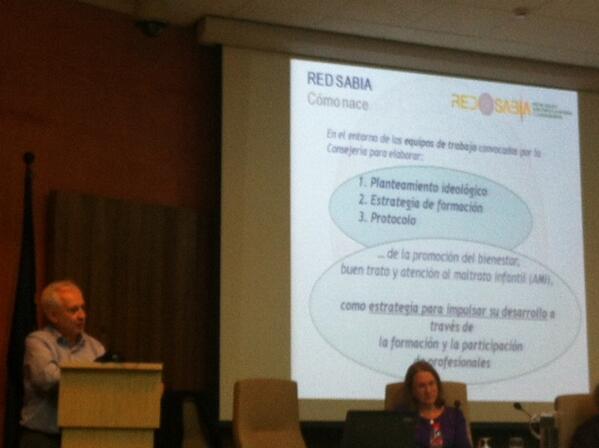 Juan Gil en su intervención hablando de @RedSabia #InnovaciónInfancia http://t.co/qsYCEDjU6x