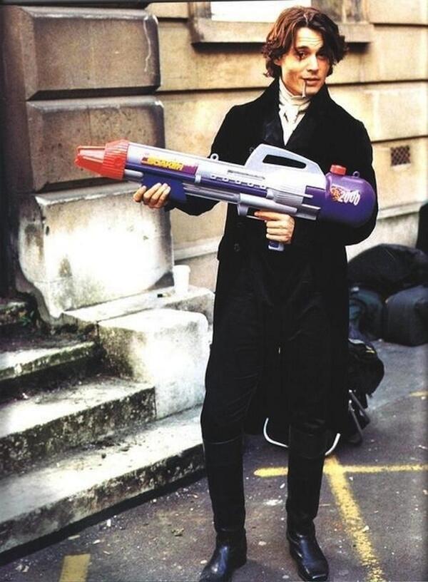 """Вот, например, Джонни Депп на съемках """"Сонной лощины"""" раздобыл для своего героя оружие будущего http://t.co/xV9si8IPJW"""