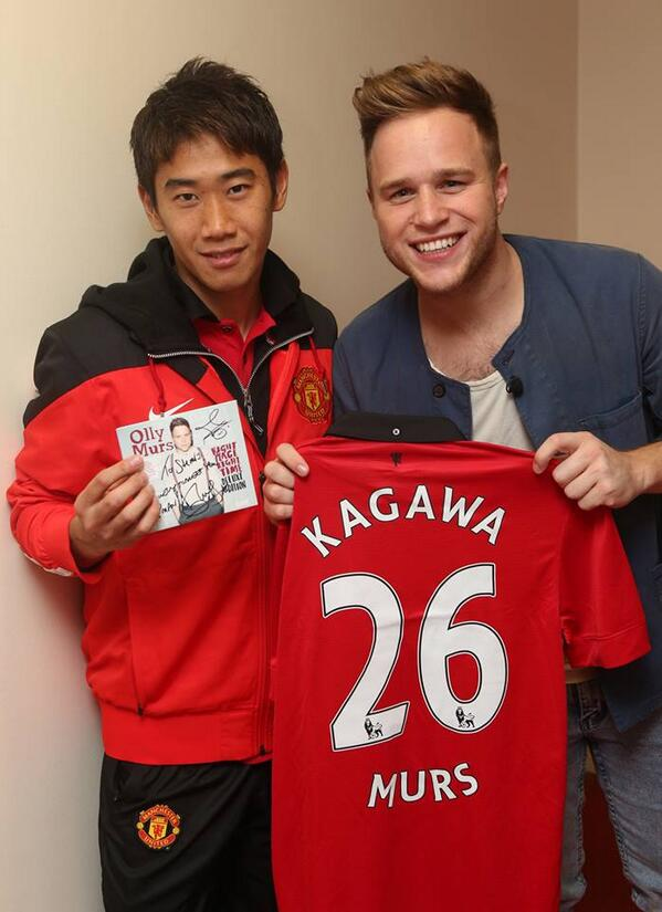 BYONWZVIAAA q6r Oh no! Shinji Kagawa is an Olly Murs fan