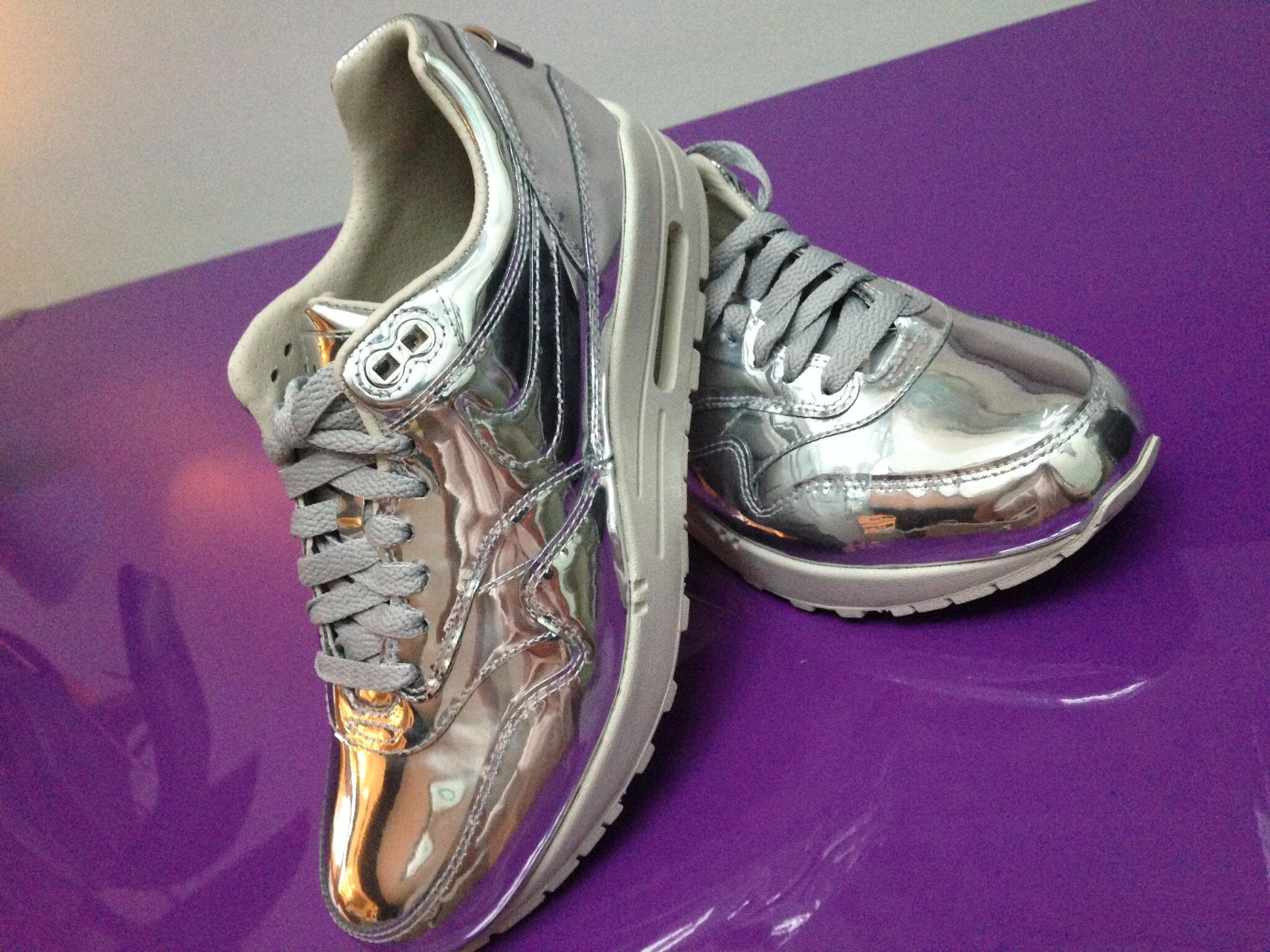 RT @victoriabeckham: Totally obsessed with my new silver Nike Air fashion bunnies, LOVE them!!!! x vb http://t.co/JN0FvgMZWt