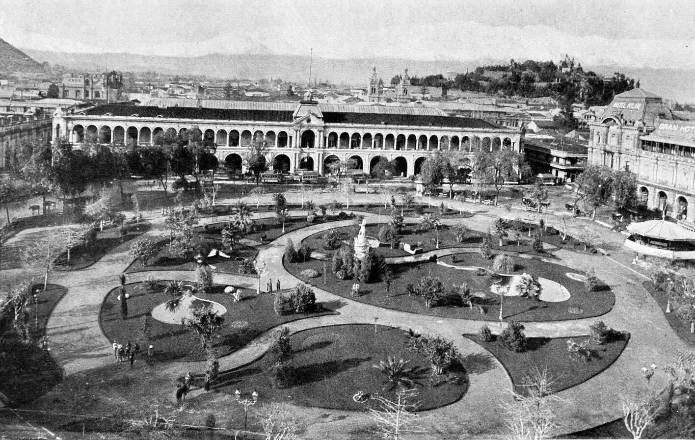 Plaza de Armas de Santiago, vista hacia el Portal Bulnes en el año 1906. @EnTerrenoChile @sebastian_gray @ramonllao http://t.co/xPw5v4a0ae