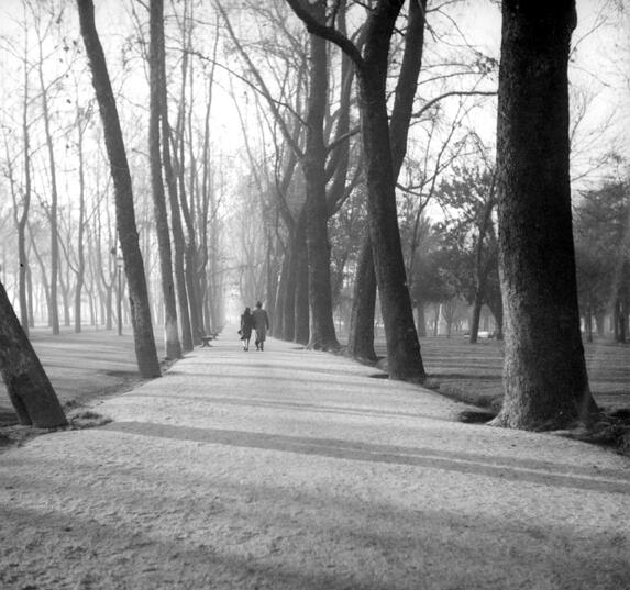 Una pareja paseando por el Parque Forestal de Santiago en el año 1950. @ramonllao @schwarzpablo http://t.co/DGk0R4nrFO