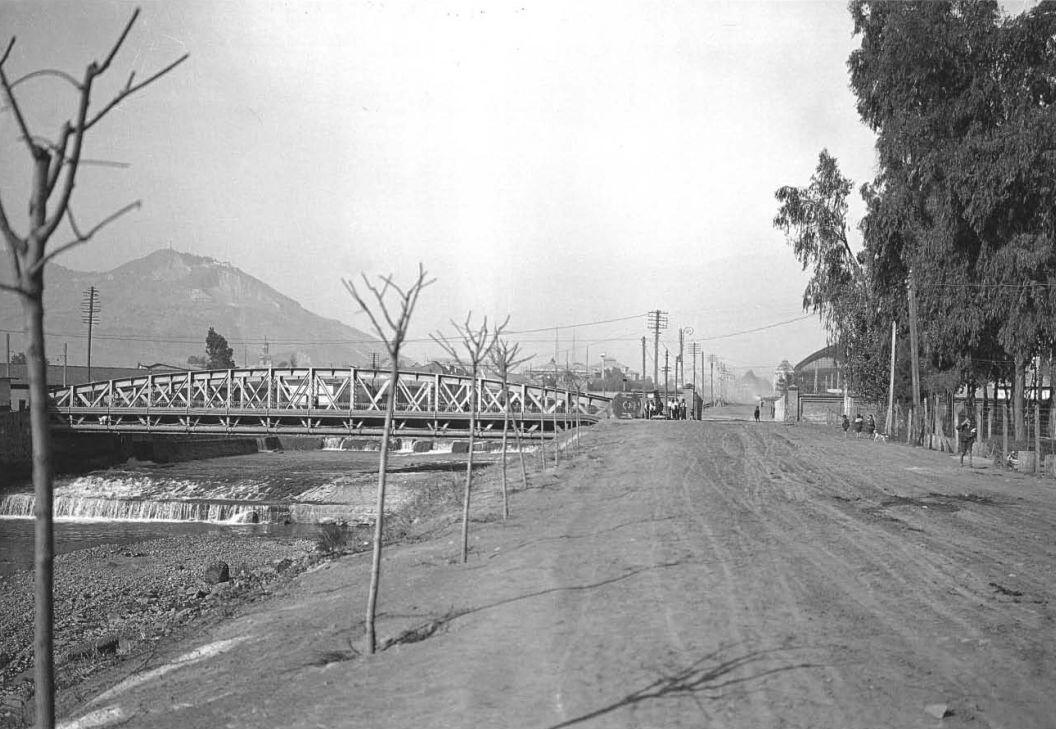 Vista del Puente Manuel Rodríguez en calle Balmaceda de Santiago en el año 1928. http://t.co/D4PMan0qLc