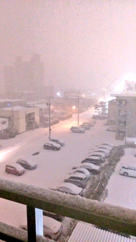 冬ですな。RT @Sapporo6h: 冬 到 来 RT @amyu821 ここで現在の札幌の様子を見てみましょう。 雪、パねぇよ!!( ; ゜Д゜) http://t.co/sfeyF7Qp8B