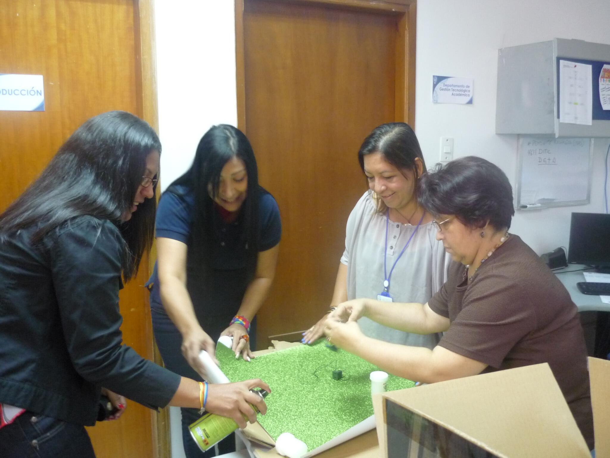El personal del @SedLUZ trabajando juntos en nuestra Navidad Ecológica 2013 http://t.co/89XNFIDmIT