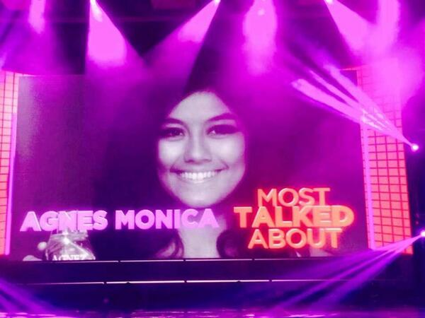 NEZindaCLUB OFFICIAL (@NICofficial): @agnezmo won 'Most Talked About' at tonight's Yahoo OMG Award : ) http://t.co/4fDkQTawXG