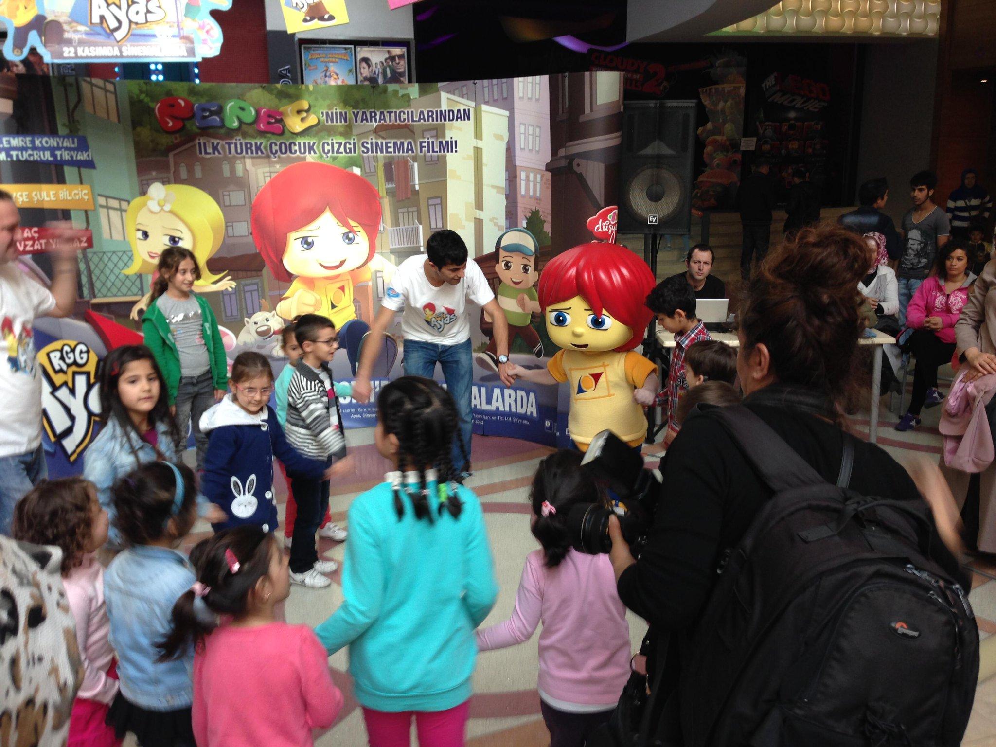 Ayas ve yeni arkadaşları 'Bom bili bom' şarkısı eşliğinde halay çekiyor! http://t.co/n6WX6pMt2o