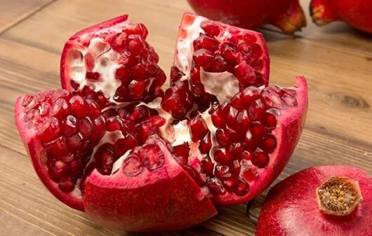 Pomegranate seeds fight damage from free radicals, preserve the collagen in the skin, and promote #healthyskin. http://t.co/tA6f7rbsVK