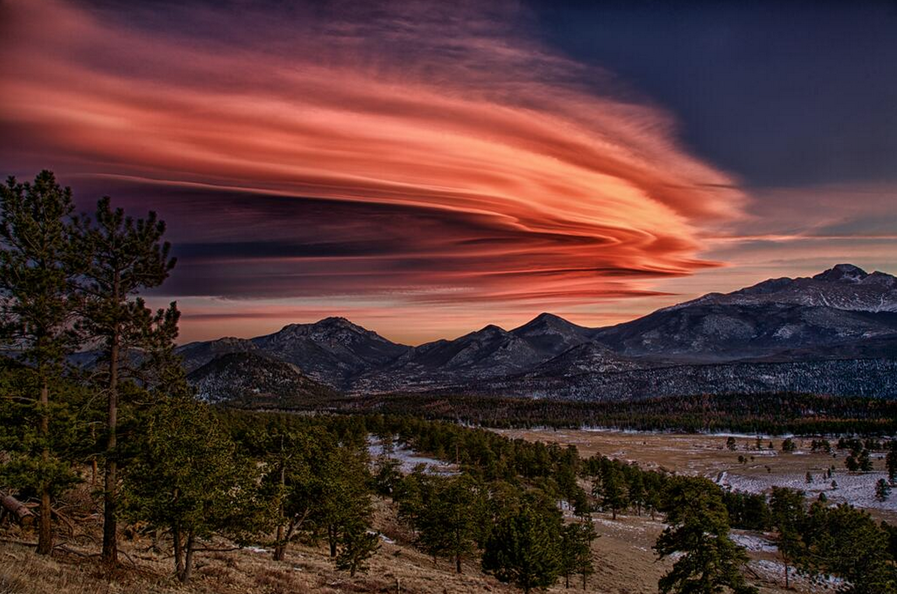 Too cool! Lenticular clouds over #Boulder #Longmont. Thx to @MrJAPBiology for the shot! #ColorfulCO #Colorado http://t.co/1E8KCR65ca