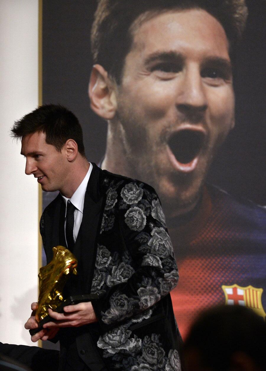 Quite a fetching suit from Lionel Messi as he receives his Golden Boot 2013 award #FCB http://t.co/jiV5UjO8IZ